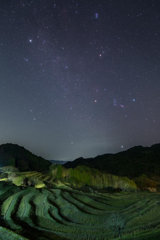 棚田と冬の星座たちB.jpg
