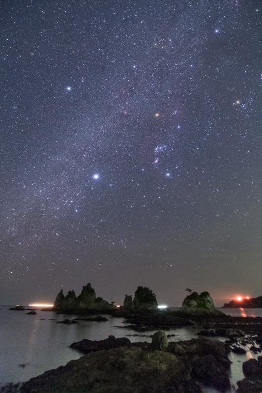 蓑掛石と冬の星座たちB.jpg