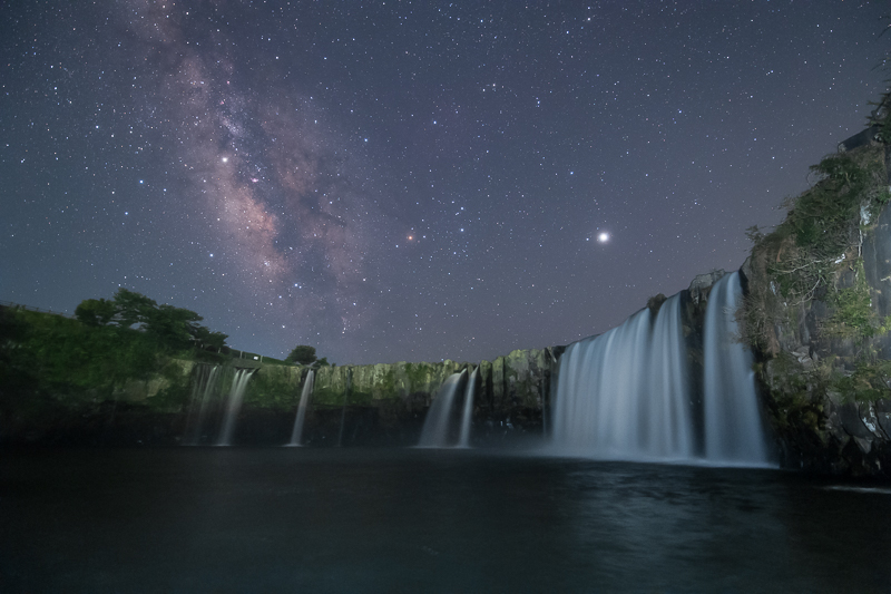 原尻の滝と昇る天の川B.jpg