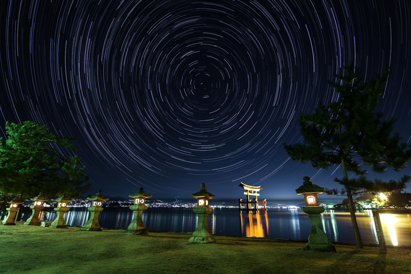 厳島神社大鳥居と北天の星空B.jpg