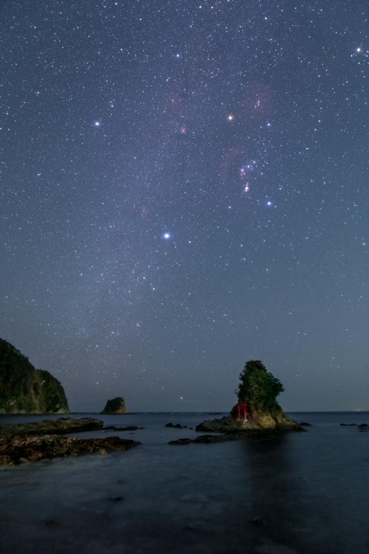 小湊弁天島と冬の天の川B.jpg