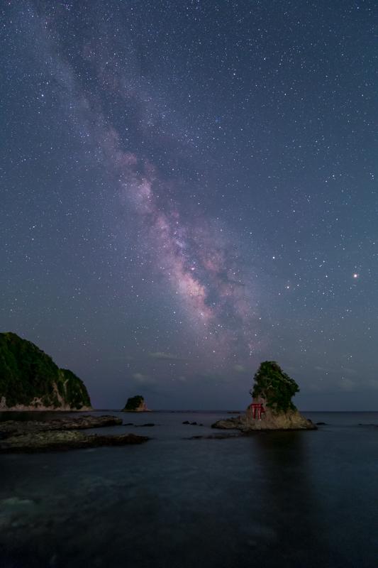 小湊弁天島と夏の天の川.jpg