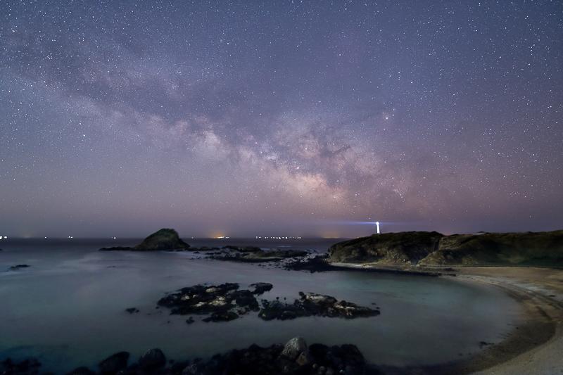 岬に昇る夜明けの天の川B.jpg