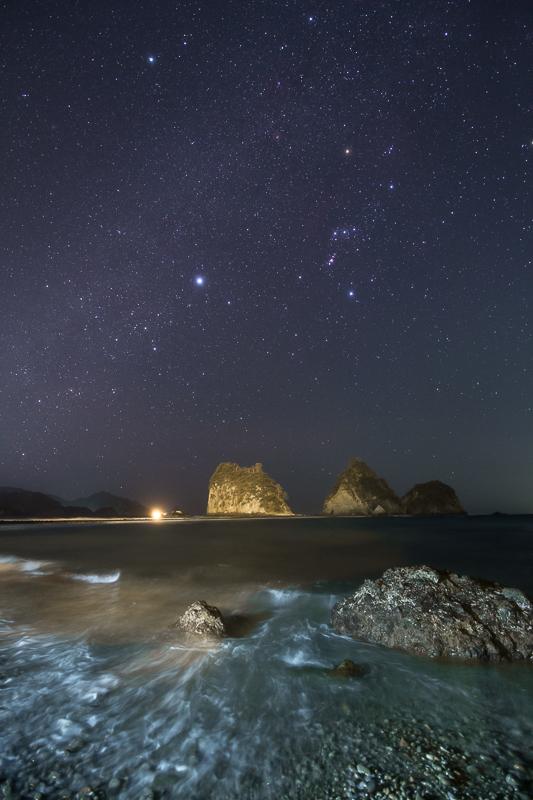 波打ち際から見上げる冬の星座B.jpg