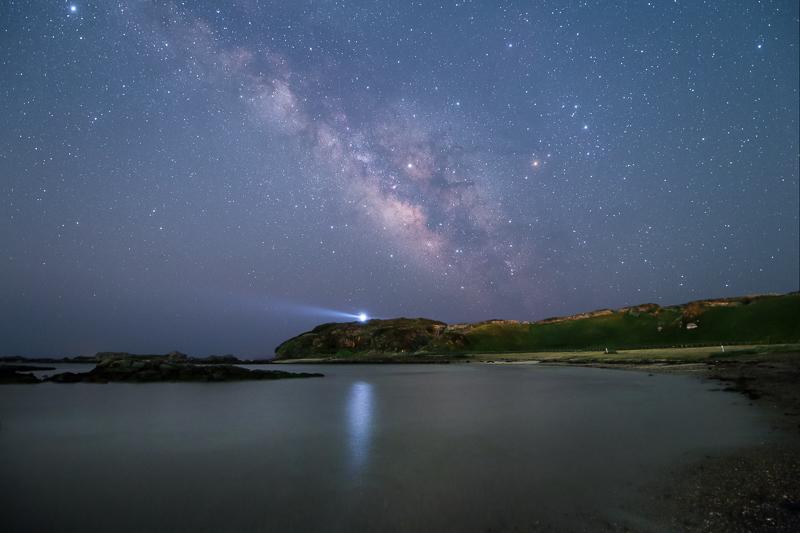 灯台のある入り江と星空B.jpg
