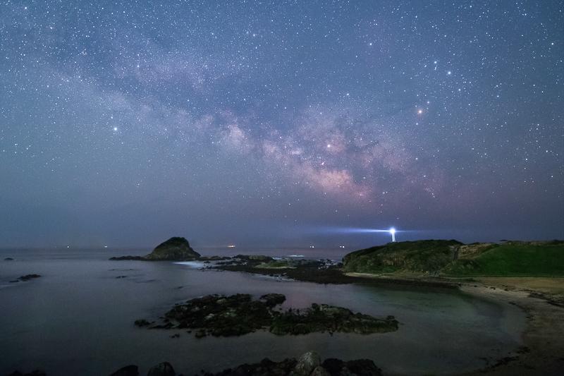 爪木崎灯台と天の川B.jpg