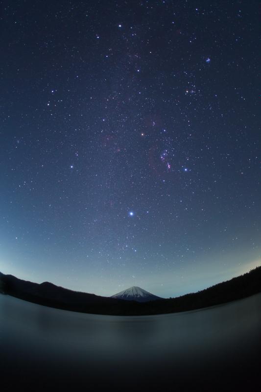 西湖湖畔から望む富士山と冬の星座たちB.jpg