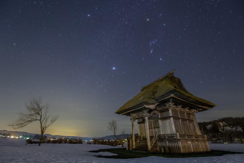 観音堂と冬の星空B.jpg