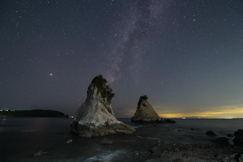 雀島と秋の天の川B.jpg