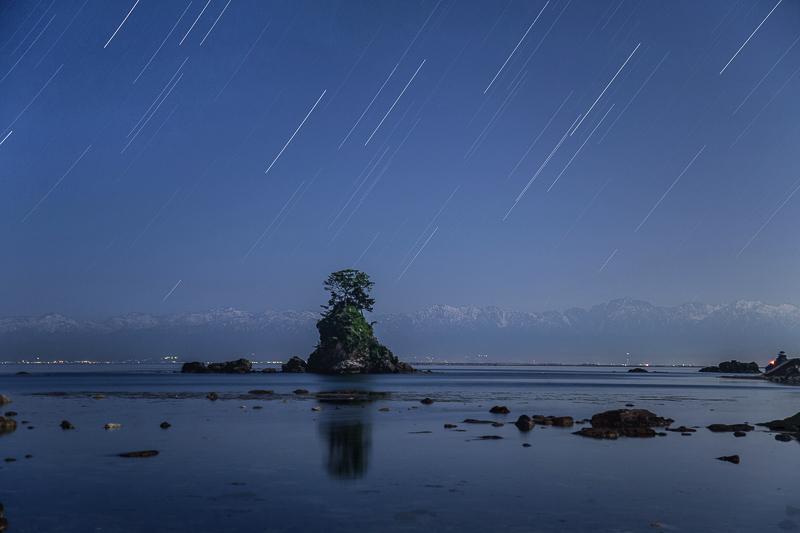 雨晴海岸から臨む北アルプスと星空B.jpg