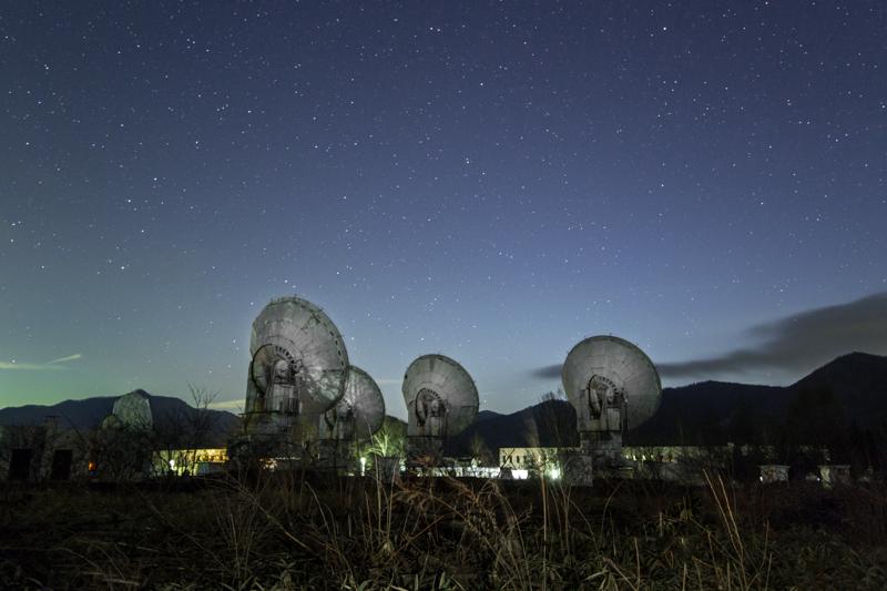 電波望遠鏡と星空B.jpg