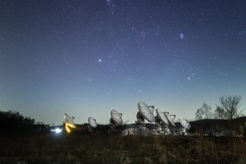 電波望遠鏡と東天の星B.jpg